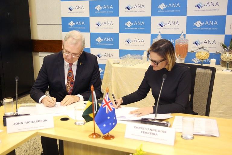 Diretora-presidente da ANA, Christianne Dias, e o embaixador da Austrália no Brasil, John Richardson, assinam parceria - Raylton Alves / Banco de Imagens ANA