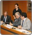 Vicente (� esq.) assina o acordo pela ANA - Raylton Alves / Banco de Imagens ANA