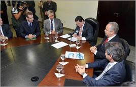 Governador de Goiás assina acordo ao lado do chefe de Gabinete da ANA (à dir.) - Eduardo Ferreira / Goiás Agora